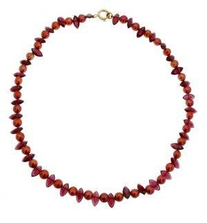 Collana di perle bordeaux coltivate naturali con navette di granato
