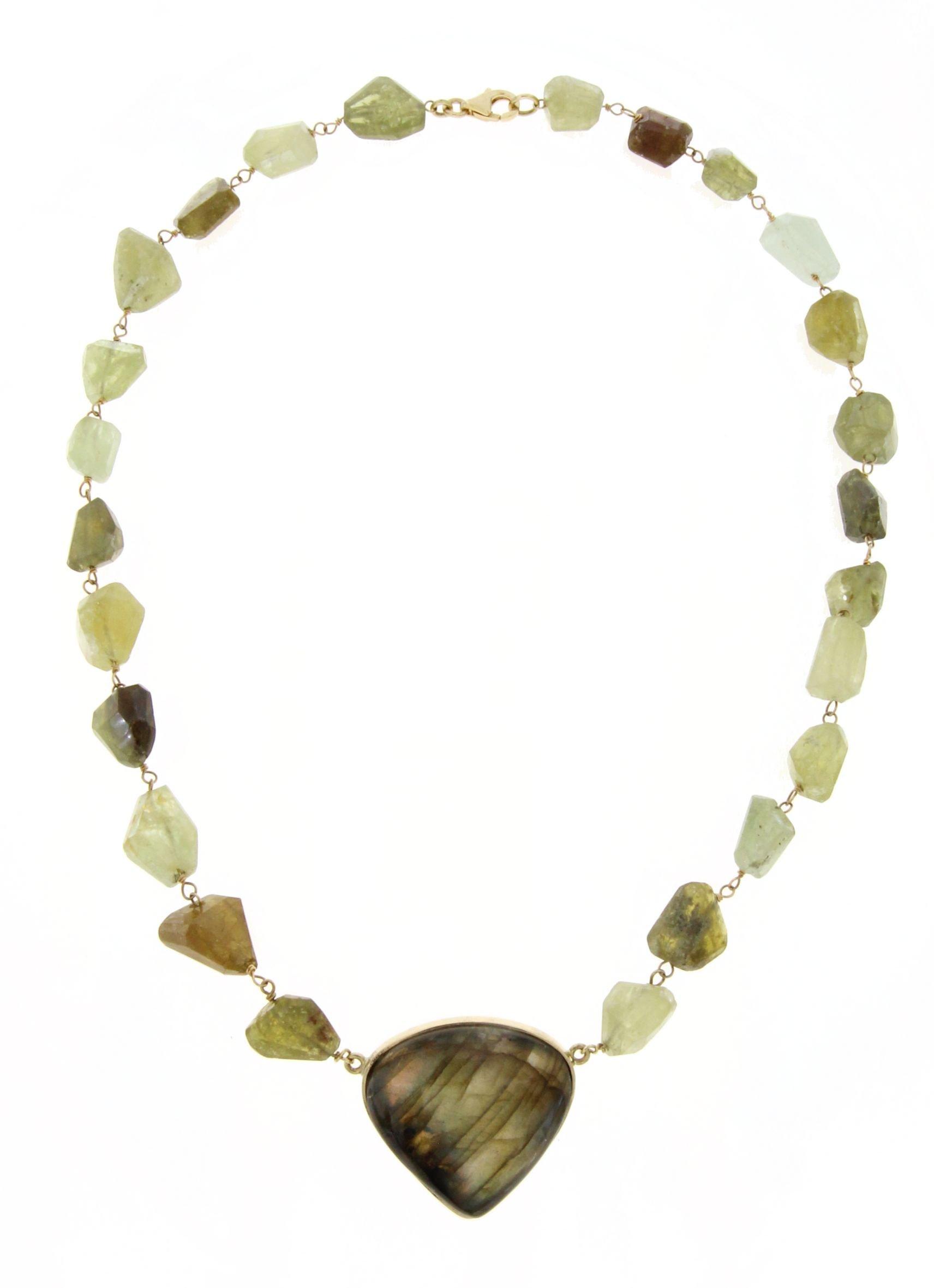 Collier in oro con pietre grezze di grossu e centrale di labradorite